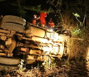 湖北蕲春:疲劳驾驶酿车祸 消防成功营救被困司机