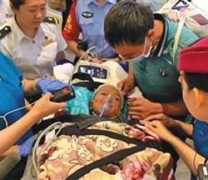 云南车祸女童抵京治疗