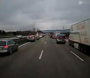 德国高速公路车祸现场 上千车辆为救护车让道