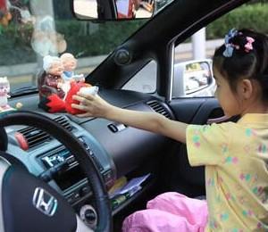 汽车内悬挂装饰物遮挡后窗很危险